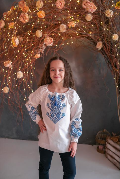 Вишиванка для дівчинки Марічка бязь (біла з синім) – купити в Україні від Галичанка фото 1