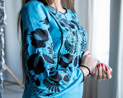 Купити жіночу вишиту сорочку Версавія (голубий з чорним)в Україні від Галичанка фото 1