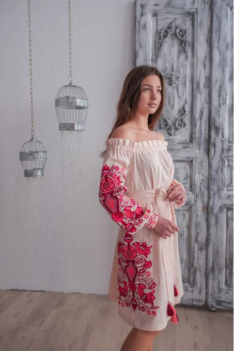Купити вишиту сукню  Аврора (пудра з червоним) в Україні від виробника Галичанка фото 1