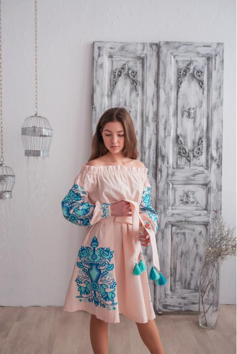 Купити вишиту сукню Аврора (пудра з синім) в Україні від виробника Галичанка фото 1